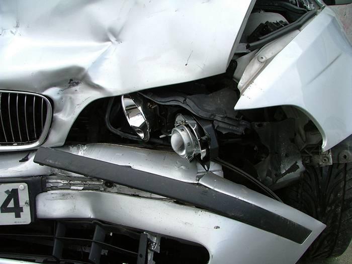 BMW w barierki - Źródło: sxc.hu / Milca Mulders