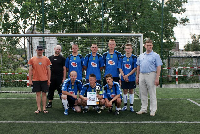 Sparta Grąbków z pucharem wójta - Zwycięzcy Turnieju piłki nożnej o Puchar Wójta Gminy Malanów