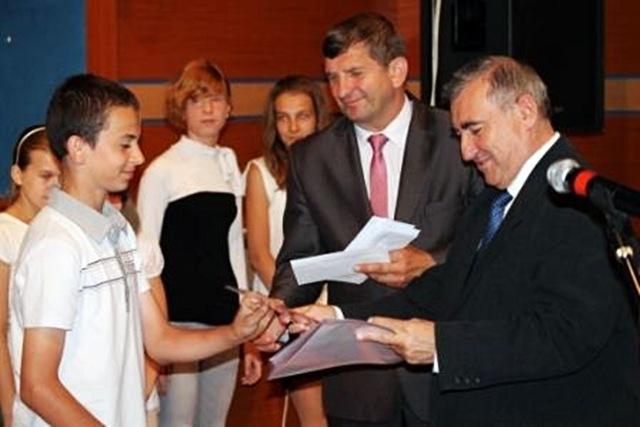 Przyznali stypendia 64 młodym zdolnym - Źródło: www.miastoturek.pl