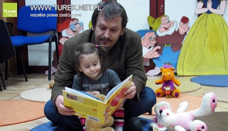 Spędzają czas na wspólnym czytaniu