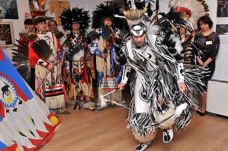 Indiański taniec na początek wystawy