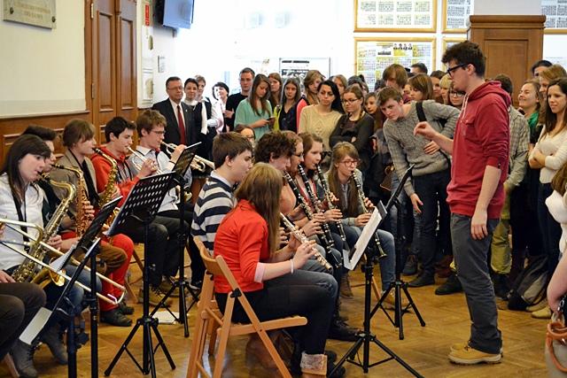 Licealna orkiestra zagrała dla pań