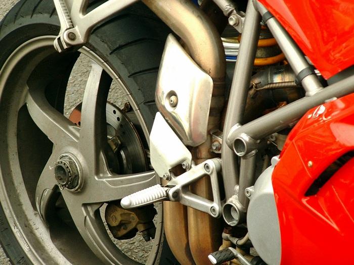 Motocyklista pokiereszował się na krajówce - Źródło: sxc.hu / bSpear
