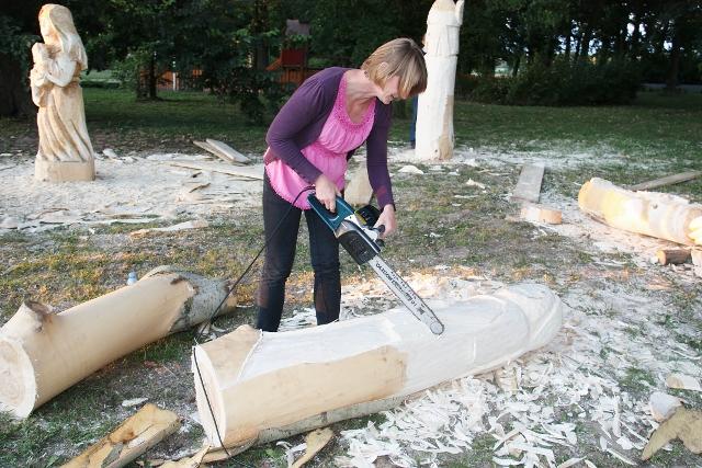 Drewnem i dłutem uczcili pamięć Zdzisława Staszaka - Źródło: www.brudzew.pl
