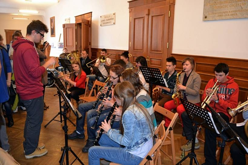 Umiesz grać? Zagraj w liceum! - Michał Gąbka z licealną orkiestrą podczas Dnia Kobiet. foto: AW