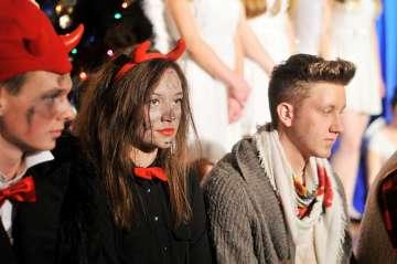 FOTO: Anioły i dźwięki kolęd wypełniły licealną...