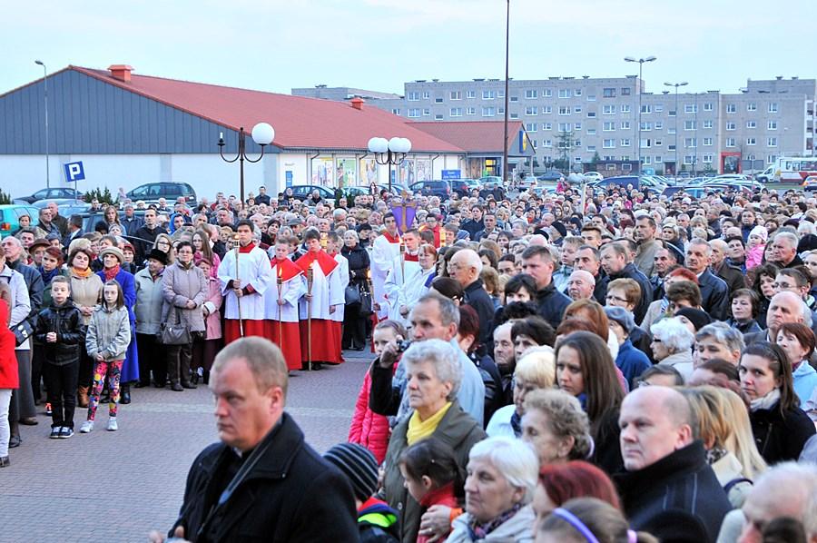 FOTO: Chrystus kroczył ulicami os. Wyzwolenia - foto: M. Derucki