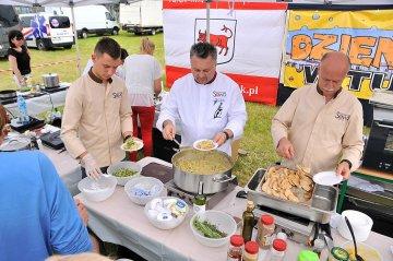 FOTO: Sowa z przyjaciółmi gotowali dla turkowian