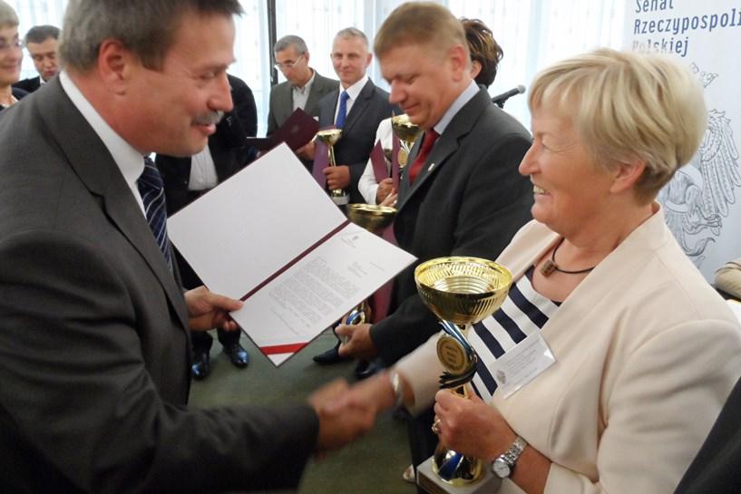 Bożena Kołek nagrodzona podczas finału konkursu Sołtys Roku 2013 - foto: dziadowicefolwark.malanow.pl