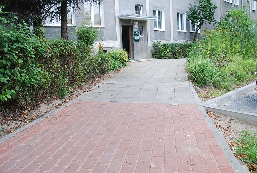 Wymienili pół chodnika - mieszkańcy zbulwersowani - Foto: ma