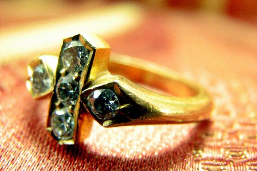 Podczas włamania 79-latka straciła biżuterię wartą prawie 3 tysiące - foto: sxc.hu / ramasamy chidambaram