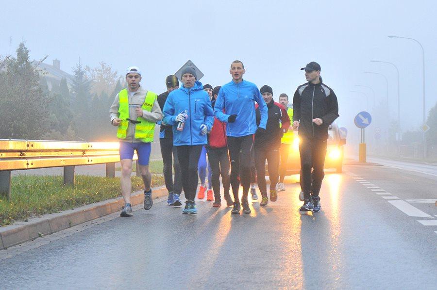 Wideo: Biegnie 580 km dla chorych dzieci. Dziś przebiegł przez Turek - foto: M. Derucki