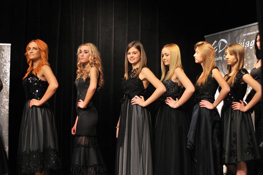 Piękno sukienek E. Dominiak i modelek zachwycało w MDK - foto: M. Derucki