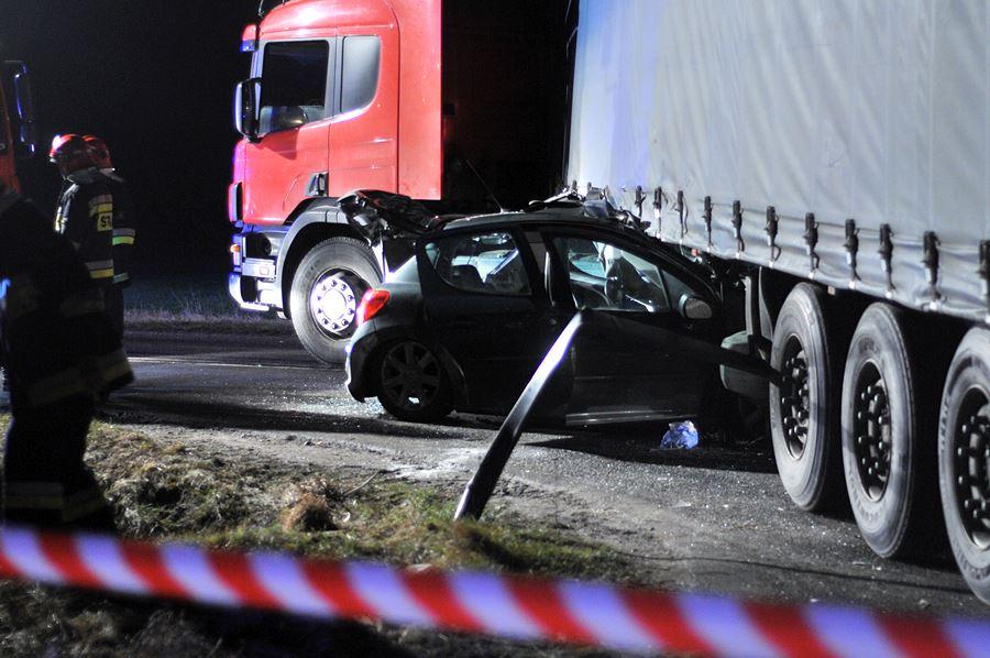 Wideo: W Chylinie Peugeot wbił się pod Scanię