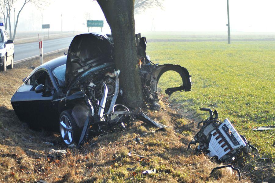 Zmiażdżył Audi TT, wjeżdżając w drzewo pod Przykoną