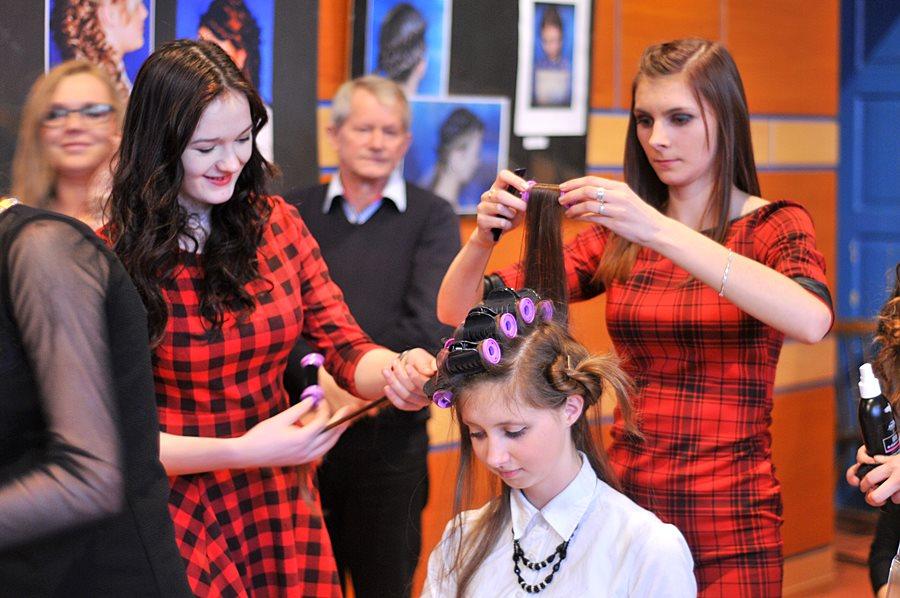 Uczniowie ZST czesali, upinali i modelowali, tworząc fryzjerskie cuda