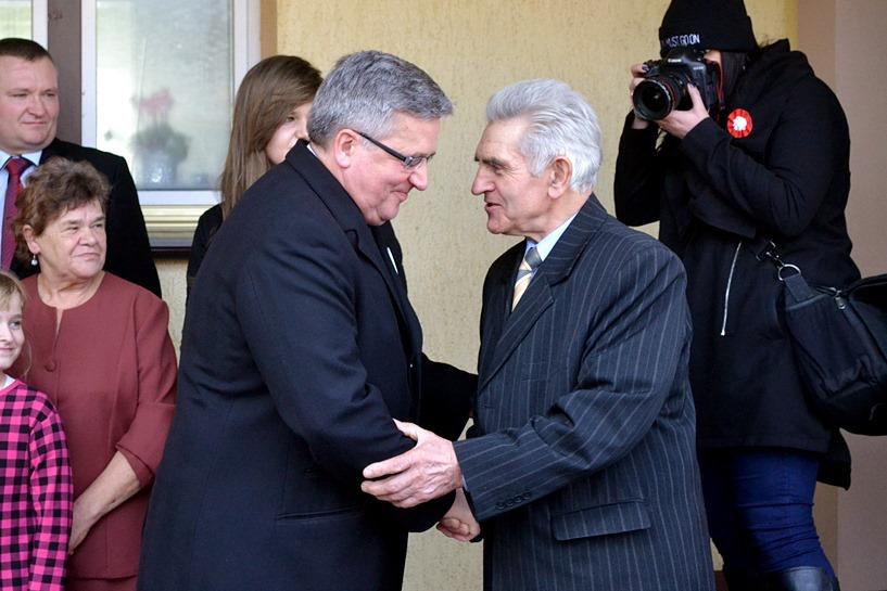 Prezydent Komorowski wpadł do sołtysa na śniadanie - foto: Arkadiusz Wszędybył