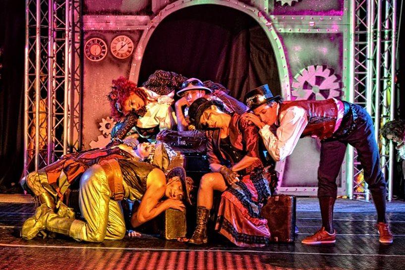 Spektakl w klimacie retro-fantasy - Fot. Sebastian Marynarz Kołodziejczyk / fanpage Teatru Akt