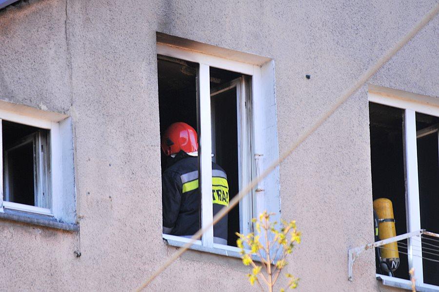 Strażacy walczyli z pożarem w kamienicy