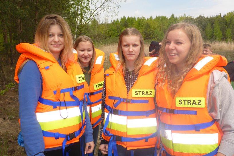 Młodzi strażacy i  harcerze z Gimnazjum nr 2 dbają o środowisko naturalne