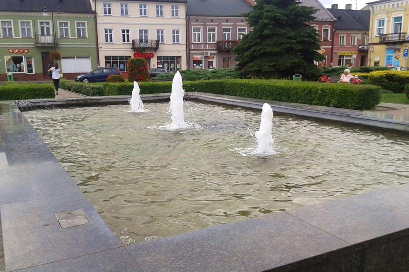 Mieszkaniec Wyzwolenia kąpał się w fontannie. Kąpiel zakończyła Policja