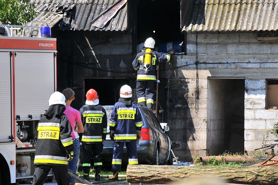 Kowale Księże: Auto i budynek gospodarczy w płomieniach