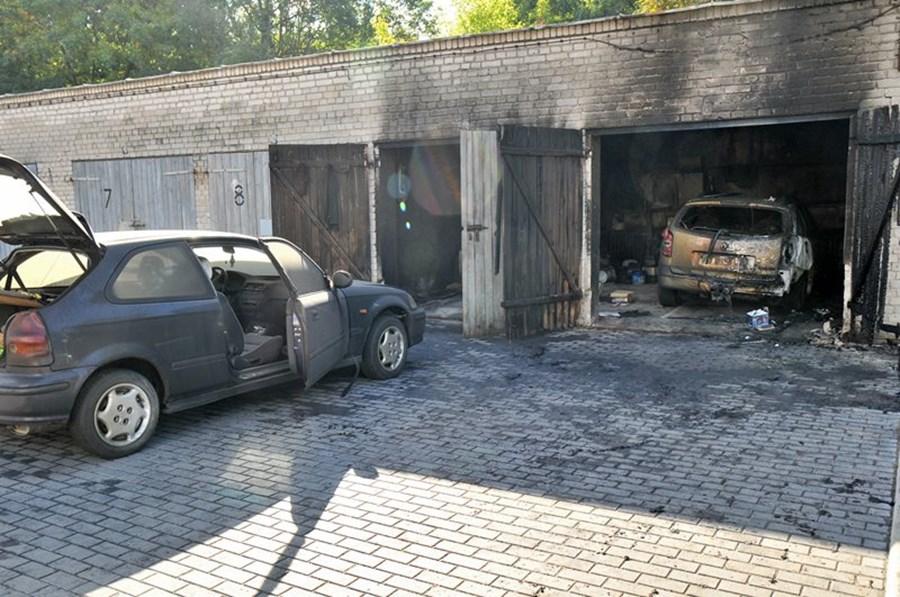 Auta płonęły w garażu