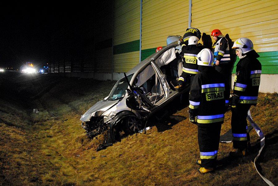 Gm. Władysławów: Na A2 przejechał przez barierkę i uderzył w ekrany dźwiękowe