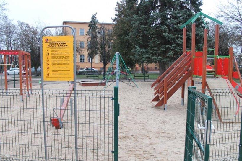 Wandalom zawadza plac zabaw. Niszczą miejsce stworzone dla dzieci - foto: UM w Turku