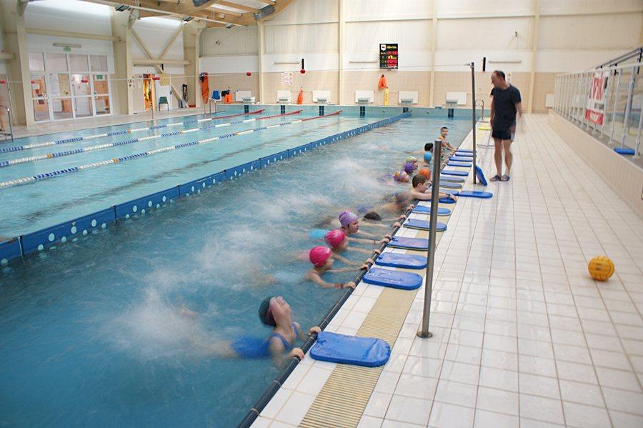 Dzieci zdobywały umiejętności pływackie
