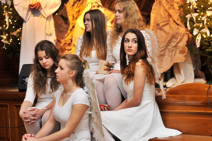 Uczniowie LO kolędowali z aniołami i pastuszkami - foto: M. Derucki