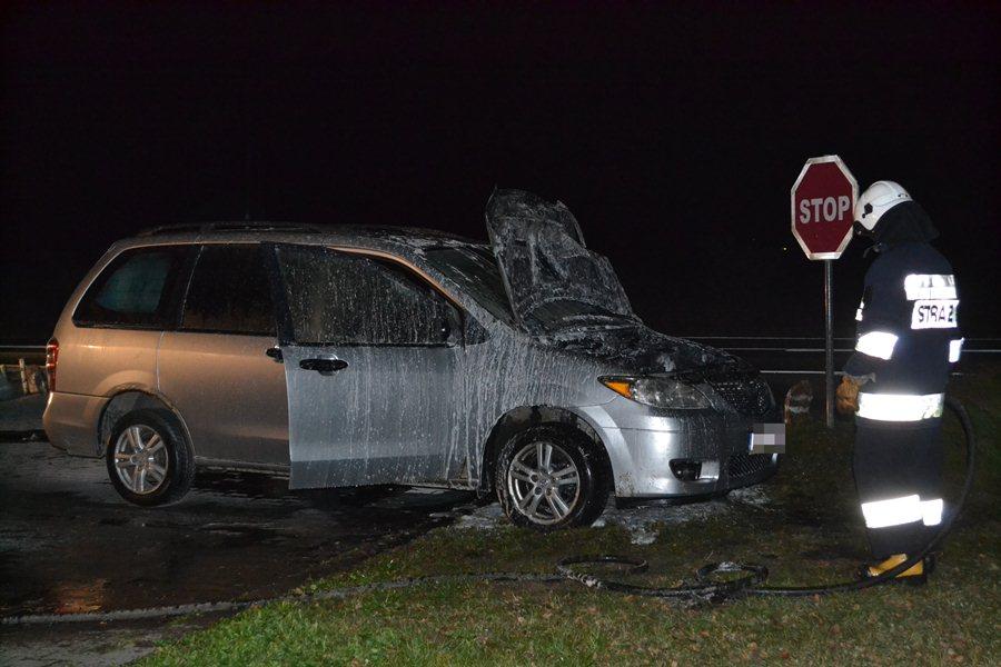 Straż gasiła płonące auto