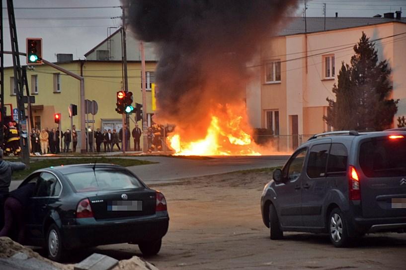 Mercedes płonął w centrum Malanowa - foto nadesłane przez Czytelnika