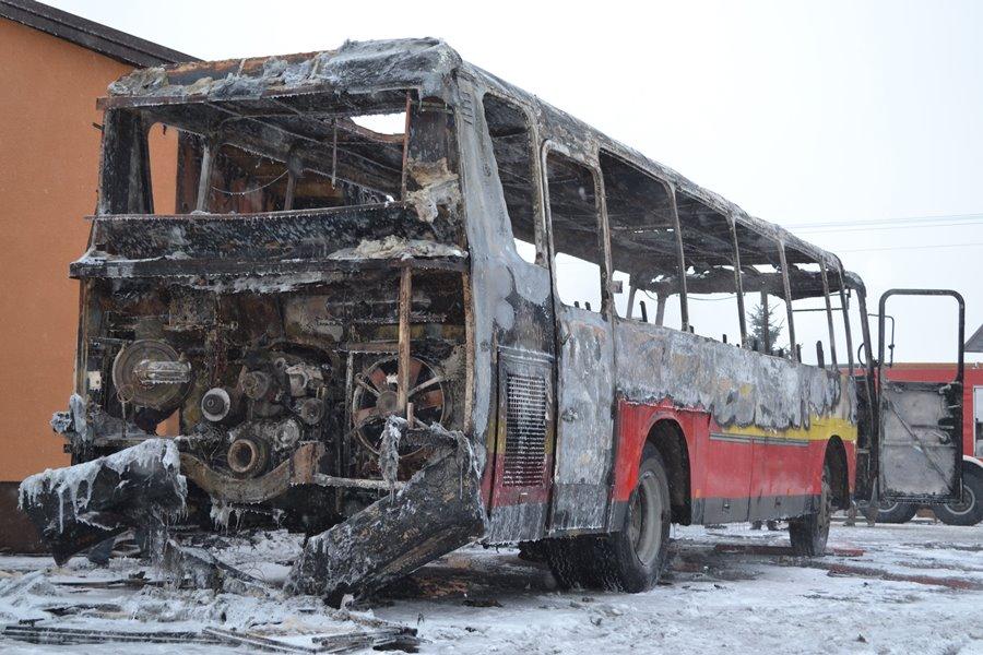 Autokar spłonął tuż przed wyjazdem po dzieci
