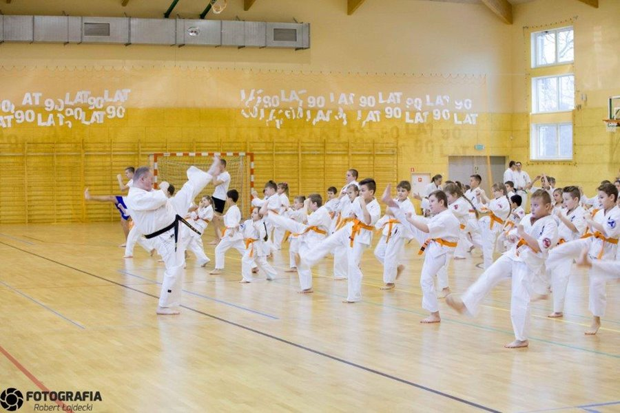 Zawodnicy karate poddani egzaminacyjnej próbie