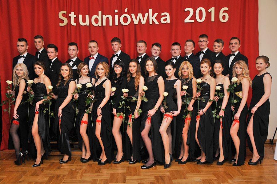 Uczniowie z Kaczek Średnich w pełnej krasie. Młodzi, piękni, eleganccy - foto: M. Derucki
