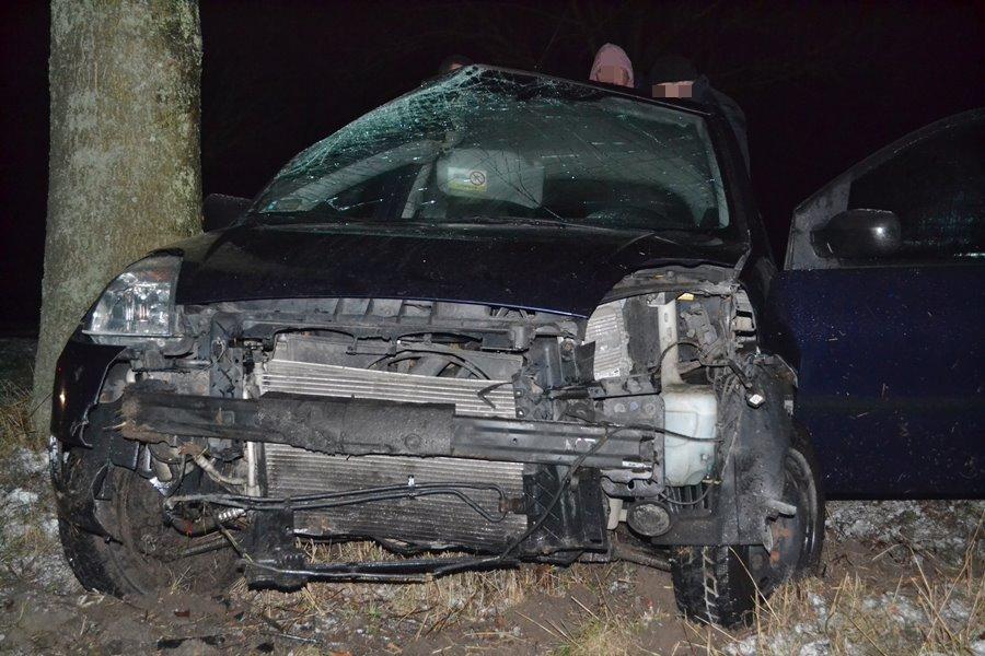 Wideo: Uderzyła fordem w drzewo w Ciemieniu