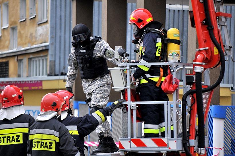 Wideo: Ewakuacja Komendy Policji, antyterroryści i strażacy w akcji - foto: M. Derucki