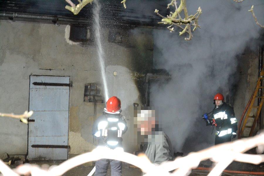 Wideo: Płonący budynek gospodarczy spędził sen z powiek mieszkańcom ul. Chopina