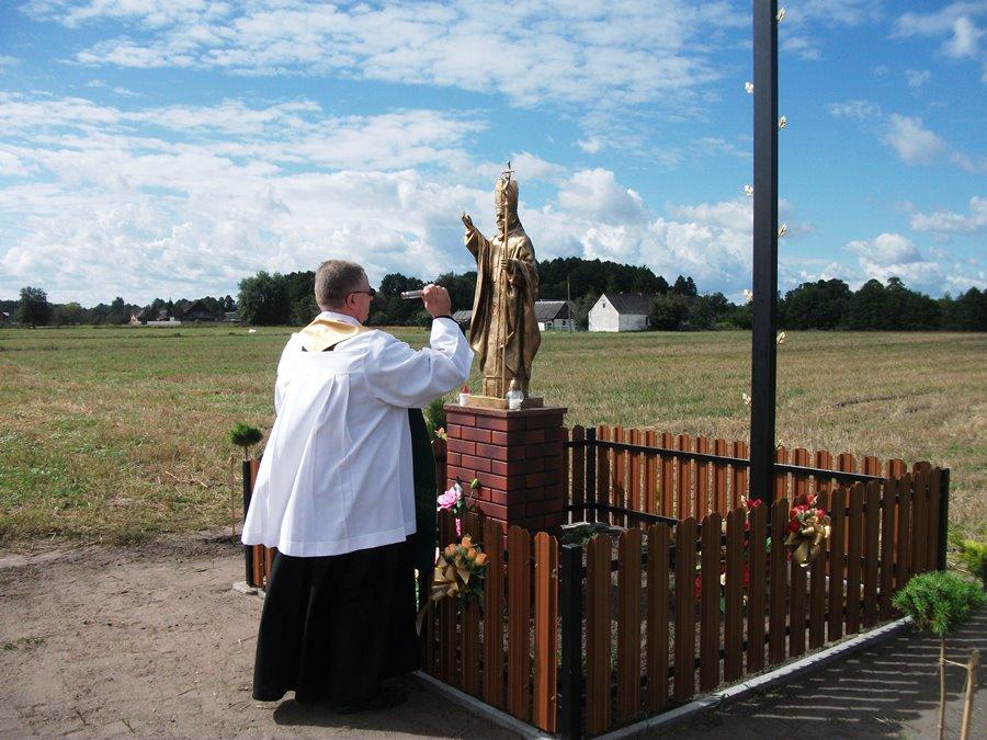 Mieszkaniec wykonał kapliczkę z wizerunkiem Jana Pawła II - Foto: nadesłane przez A. Burszewski