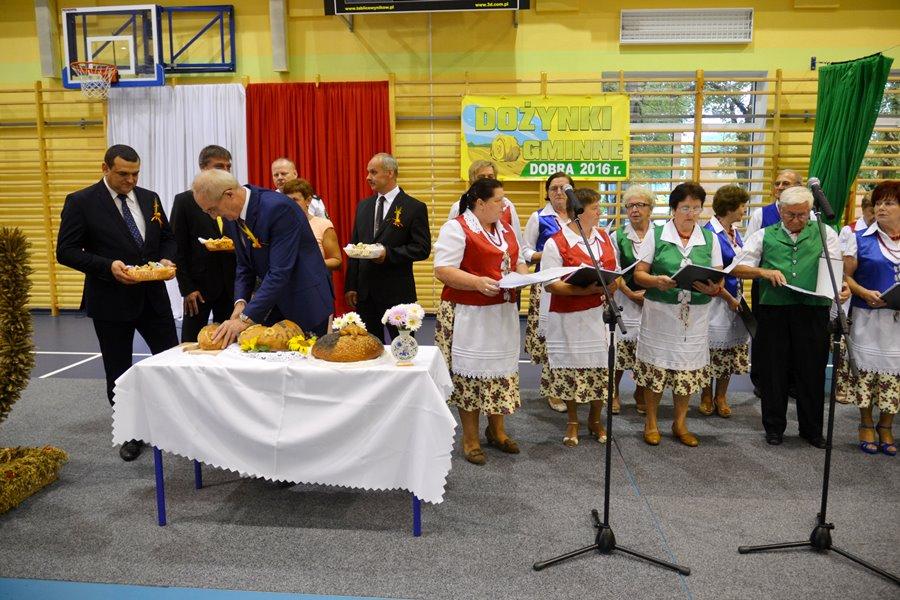 W Długiej Wsi dzielono chleb i podziwiano piękne wieńce - Foto: G. Oblizajek