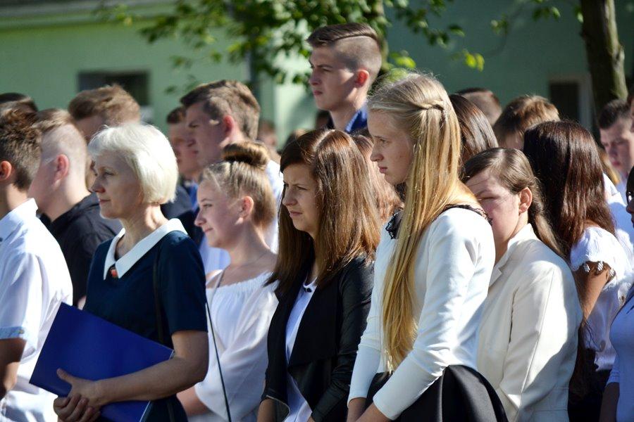 Uczniowie ZSR w Kaczkach Średnich przywitali szkołę - Foto: G. Oblizajek