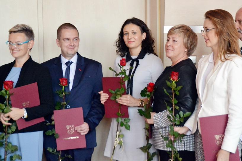 DEN: Starosta nagrodził nauczycieli. Powiat Samorządowym Liderem Edukacji 2016 - foto: Arkadiusz Wszędybył