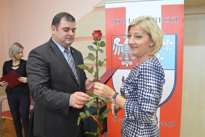 Medale dla nauczycieli. Starosta także gratulował zasłużonym  - foto: Arkadiusz Wszędybył
