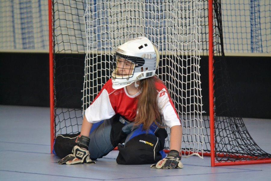 Unihokejowy pojedynek w wykonaniu dziewczyn z podstawówek - Foto: G. Oblizajek