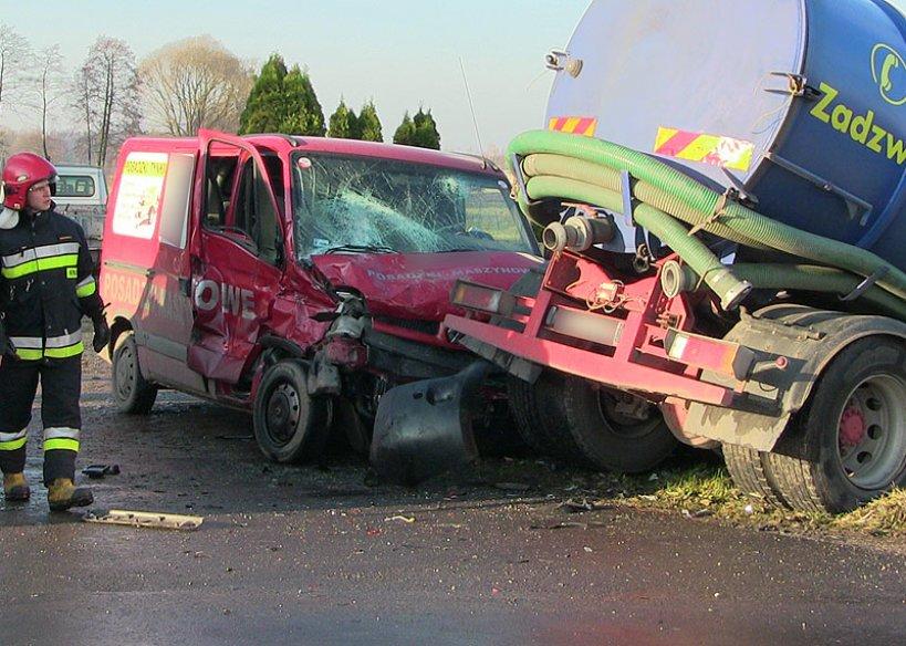 Wypadek w Kawęczynie. Bus zderzył się z cysterną