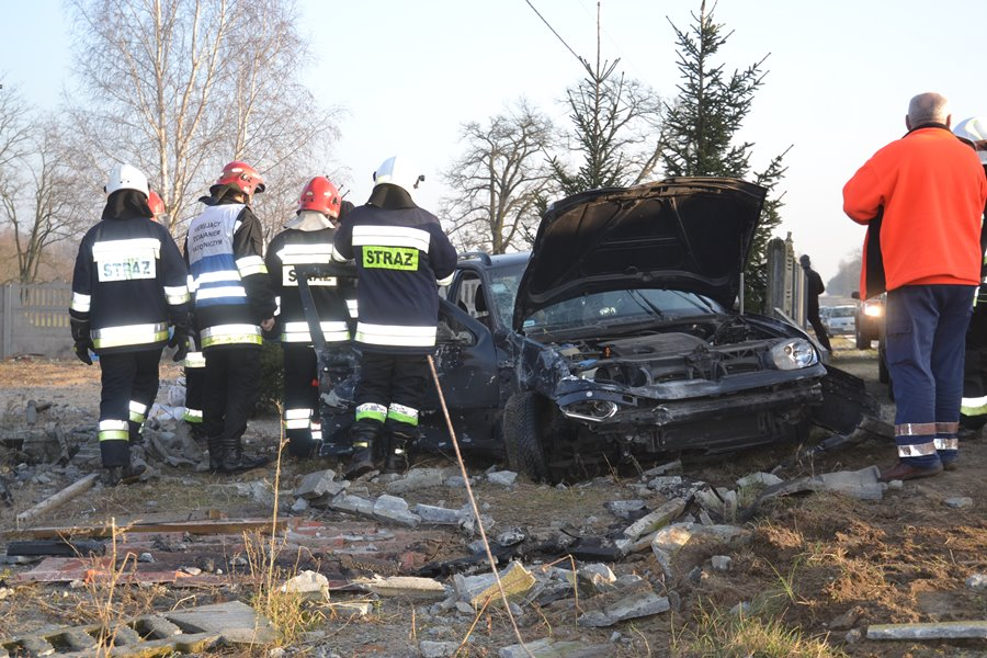 Volkswagen uderzył w betonowy płot. Wśród pasażerów było dziecko
