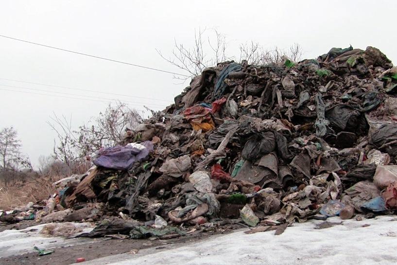 Piorunów: Wyrzucił 50 ton śmieci na drogę. Gmina zapłaci 20 000 zł za posprzątanie po trucicielu środowiska?