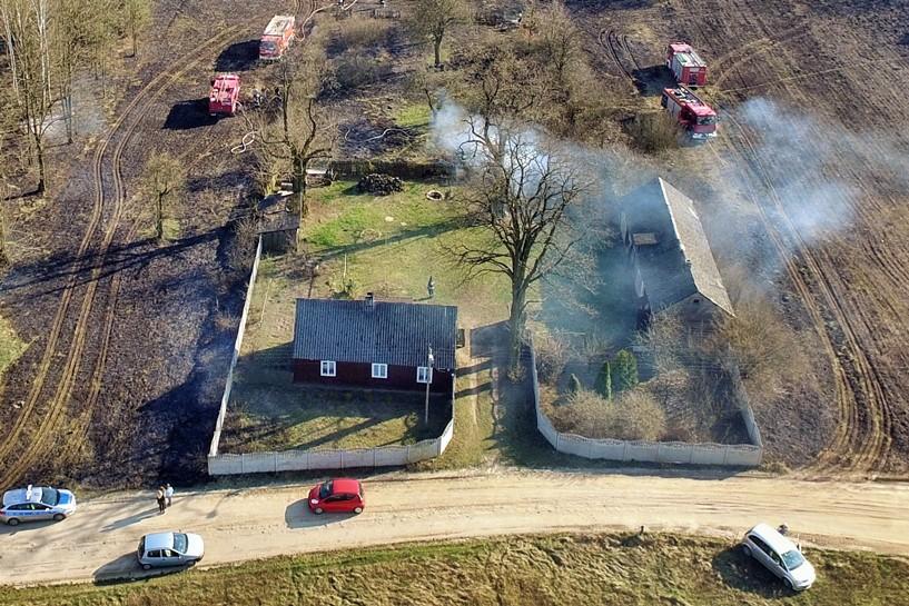 Dzierżązna: Ogień otoczył domy. Strażacy ratowali zabudowania