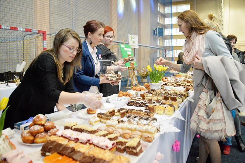 Tuliszków: Wsparli Sandrę i Sylwię. Kupili stroiki i smakołyki, grali i śpiewali  - foto: Arkadiusz Wszędybył